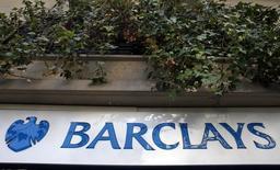 Логотип Barclays на отделении банка в Париже. Barclays отчитался о 33-процентном падении доналоговой прибыли в первом квартале, оказавшемся хуже прогнозов, поскольку выручка инвестиционного подразделения кредитора снизилась на фоне неблагоприятных условий на глобальном рынке. REUTERS/Mal Langsdon