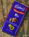Шоколад Cadbury в магазине в Сан-Франциско. Падение чистой выручки американской компании Mondelez International Inc, производителя шоколада Cadbury и печенья Oreo, в первом квартале оказалось не таким сильным, как ожидали аналитики, поскольку комбинация роста объемов продаж и цен на некоторых рынках помогла компенсировать воздействие укрепления доллара. REUTERS/Robert Galbraith