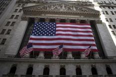 La Bourse de New York a fini  jeudi en baisse de 1,17% à 17.830,76 points. /Photo d'archives/REUTERS/Carlo Allegri