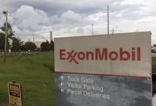 Un cartel en la entrada de la compañía ExxonMobil, en Port Allen, Luisiana, Estados Unidos. 6 de noviembre de 2015. Exxon Mobil Corp, el mayor productor de petróleo del mundo que cotiza en bolsa, reportó el viernes una caída de 63 por ciento en sus ganancias del primer trimestre, debido a la caída del precio del crudo y a débiles márgenes de refino. REUTERS/Lee Celano