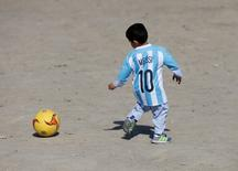 Jovem fã de Messi Murtaza Ahmedi com camisa que ganhou após repercussão na Internet.      26/02/2016       REUTERS/Omar Sobhani