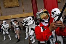 """Fans vestidos de los personajes de """"La Guerra de las Galaxias"""", en Taipéi, Taiwán. 4 de mayo de 2016. Desde disfraces como soldados imperiales a maratones para ver las películas, los seguidores celebraban el miércoles el """"Día de la Guerra de las Galaxias"""" con todo lo relacionado a la famosa saga de ciencia ficción. REUTERS/Tyrone Siu"""