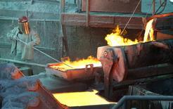 Un trabajador monitoreando un proceso en la fundidora de cobre Ventanas de la estatal Codelco en Ventanas, Chile, ene 7, 2015. El regulador ambiental chileno informó el viernes que formuló cargos a la cuprífera estatal Codelco, la mayor productora mundial de cobre, tras detectar incumplimientos en su fundición y refinería Ventanas.  REUTERS/Rodrigo Garrido