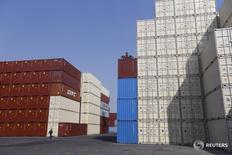Les exportations chinoises ont reculé de 1,8% en avril par rapport à avril 2015 tandis que les importations chutaient de 10,9%. L'excédent commercial de l'économie chinoise ressort en avril à 45,56 milliards de dollars (39,9 milliards d'euros). /Photo d'archives/REUTERS/Aly Song