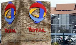 Total a déposé une offre d'acquisition sur le fabricant de batteries Saft pour 950 millions d'euros afin de se développer dans le stockage d'électricité. /Photo prise le 5 avril 2016/REUTERS/Régis Duvignau