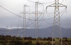 Líneas de alta tensión junto a una carretera en la localidad chilena de Puchuncaví, Sep 5, 2014. La eléctrica Enersis Chile prevé inversiones de 1.600 millones de dólares para los próximos cuatro años, destinados principalmente al desarrollo de su negocio de generación, reportó el martes la prensa local.    REUTERS/Eliseo Fernandez