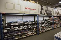 Les deux géants américains des fournitures de bureau Staples et Office Depot chutent lourdement à Wall Street mercredi après l'annonce de l'abandon de leur projet de fusion, face à l'opposition des autorités de la concurrence. Staples, le numéro un américain du secteur, lâche 16,51% vers 17h40 et Office Depot, son dauphin, s'effondre de 39%. /Photo d'archives/REUTERS/Mario