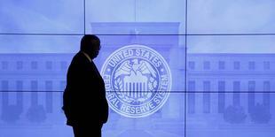 La foto de archivo muestra a un guardia de seguridad que camina frente a una imagen de la Reserva Federal de Estados Unidos antes de una conferencia de prensa tras la reunión de la Fed en marzo, en Washington, March 16, 2016. La Reserva Federal de Estados Unidos posiblemente esperará hasta septiembre antes de subir nuevamente las tasas de interés, lo que prolongaría a nueve meses el lapso desde el primer ajuste de política monetaria en casi una década, mientras espera señales de un repunte de la inflación, mostró un sondeo de Reuters. REUTERS/Kevin Lamarque/File Photo
