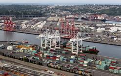 Contenedores apilados en el puerto de Seattle, EEUU, ago 21, 2012. Los precios de las importaciones estadounidenses subieron en abril por segundo mes consecutivo debido a un aumento del costo de los productos petroleros y otros bienes, lo que sugiere que la inflación podría comenzar a afirmarse en los próximos meses.  REUTERS/Anthony Bolante