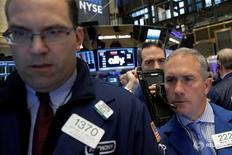 Трейдеры на торгах Нью-Йоркской фондовой биржи 6 мая 2016 года. Фондовые рынки США находились в поисках направления движения в пятницу, поскольку подъем бумаг Apple и сильные данные о росте розничных продаж компенсировали падение акций потребсектора из-за очередной серии слабых квартальных отчетов ритейлеров. REUTERS/Brendan McDermid