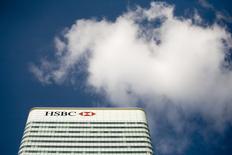 Здание HSBC в Canary Wharf в Лондоне. Крупнейший банк Европы HSBC в понедельник приступил к сокращению 850 сотрудников британского подразделения информационных технологий в рамках плана реструктуризации, который предполагает ликвидацию 8.000 рабочих мест в Великобритании к концу 2017 года.  REUTERS/Kevin Coombs/File Photo