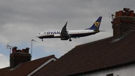 La compagnie aérienne irlandaise low cost Ryanair réduira ses investissements en Grande-Bretagne si le pays se prononce en faveur d'une sortie de l'Union européenne lors du référendum prévu le 23 juin, a indiqué lundi son directeur général, Michael O'Leary. /Photo prise le 31 mars 2016/REUTERS/Phil Noble