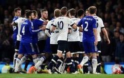 Jogadores de Chelsea e Tottenham Hotspur brigam em jogo.  2/5/16.   Reuters/Dylan Martinez