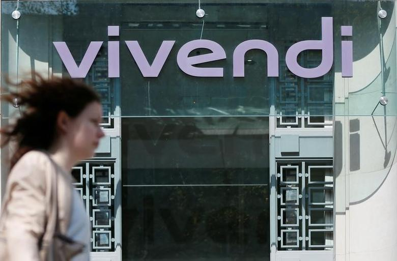 A woman walks walk past the main entrance of the entertainment-to-telecoms conglomerate Vivendi's headquarters in Paris April 8, 2015.     REUTERS/Gonzalo Fuentes/File Photo