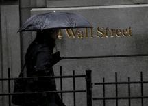 Las acciones bajaban el martes en la apertura en Wall Street tras la divulgación de un dato que mostró que los precios al consumidor en Estados Unidos registraron en abril su mayor incremento en más de tres años, lo que aumentó la posibilidad de que la Reserva Federal suba los tipos de interés este año. En la imagen, una persona pasea junto la fachada de l edificio de la Bolsa de Nueva York, en Manhattam el 4 de marzo de 2016.  REUTERS/Brendan McDermid