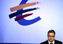 El Banco Central Europeo no debería discutir si se necesitan nuevas medidas de política monetaria hasta otoño, dijo el miércoles el miembro del Consejo de Gobierno del BCE, Vitas Vasiliauskas, al agregar que el banco, no obstante, cuenta con todas las herramientas a su disposición.   En la imagen, el gobernador del BCE en una Euro Conferencia en Vilnius, el 25 de septiembre de 2014.  REUTERS/Ints Kalnins