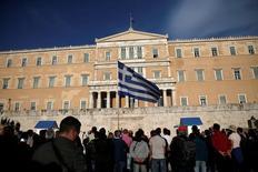 Devant le parlement grec à Athènes. Le Fonds monétaire international (FMI) souhaite que les pays de la zone euro prolongent jusqu'en 2040 le délai de grâce accordé à la Grèce sur ses emprunts et reporte l'échéance de ceux-ci à 2080, avec un taux fixe jusqu'en 2045, montre un document confidentiel de l'organisation. /Photo prise le 8 mai 2016/REUTERS/Alkis Konstantinidis