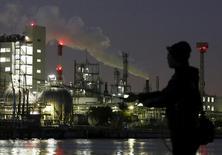 Zone industrielle Keirin à Kawasaki. L'activité manufacturière s'est contractée en mai au Japon, à son rythme le plus marqué depuis plus de trois ans, après un fort ralentissement des commandes, montrent les données préliminaires de l'étude mensuelle auprès des directeurs d'achat publiées lundi, qui accentuent la pression pour de nouvelles mesures de relance. /Photopris ele 26 mars 2016/REUTERS/Yuya Shino