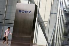 Sony anticipe pour l'exercice 2016-2017 une hausse limitée à 2% de son bénéfice opérationnel. Le géant électronique japonais livre ainsi une prévision nettement inférieure aux attentes des analystes en raison des effets des tremblements de terre meurtriers survenus le mois dernier au Japon. /Photo prise le 24 mai 2016/REUTERS/Thomas Peter