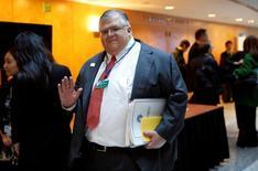 el jefe del banco central mexicano, Agustín Carstens, llega a una reunión de ministros del G20 en la sede el FMI en Washington. 15 abril de 2016. El peso mexicano no es objeto de un ataque especulativo, pero las autoridades podrían intervenir discrecionalmente en el mercado cambiario en alguna situación excepcional, dijo el miércoles el jefe del banco central, Agustín Carstens. REUTERS/Kevin Lamarque