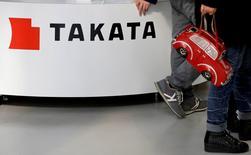 Huit constructeurs ont annoncé le rappel de plus de 12 millions de véhicules supplémentaires au total au Etats-Unis en raison d'airbags Takata potentiellement défectueux. Le gros des rappels provient de Honda et Fiat Chrysler avec respectivement 4,5 et 4,3 millions de véhicules. /Photo prise le 5 février 2016/REUTERS/Toru Hanai