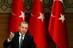 Президент Турции Тайип Эрдоган выступает с речью в президентском дворце в Анкаре. 4 мая 2016 года. Президент Турции Реджеп Тайип Эрдоган обвинил Россию в поставках зенитного вооружения и ракет боевикам запрещенной в стране Рабочей партии Курдистана (РПК), заявили правительственные чиновники в понедельник, подтвердив появившиеся ранее сообщения турецких СМИ. REUTERS/Umit Bektas
