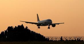Foto de archivo de un avión aterrizando, tomada el 12 de mayo de 2016. La demanda de pasajes aéreos creció en abril a su ritmo más lento desde enero de 2015, afectada por los ataques de marzo en el aeropuerto de Bruselas, lo que deja en evidencia que la seguridad es uno de los retos principales que enfrentan los ejecutivos de las aerolíneas, que se reúnen esta semana. REUTERS/David W Cerny