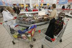 Гипермаркет Ашан в Москве. 15 января 2015 года. Сезонное замедление роста продовольственных цен в РФ может в текущем году оказаться меньше обычного, что добавит к годовой инфляции 0,3-0,5 процентного пункта, а высокие инфляционные ожидания и вероятное сохранение тенденции ускорения роста зарплат подтверждают риски превышения целевого ориентира 4,0 процента в 2017 году, пишут аналитики Банка России. REUTERS/Maxim Zmeyev
