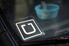 Uber, le spécialiste des véhicules de transport avec chauffeur, qui s'efforce de développer ses activités au Moyen-Orient, a levé 3,5 milliards de dollars (3,13 milliards d'euros) auprès du fonds souverain d'Arabie saoudite. Cet investissement valorise désormais Uber à 62,5 milliards de dollars. /Photo d'archives/REUTERS/Lucy Nicholson