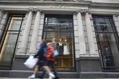 Gucci a vu ses ventes fortement accélérer depuis le mois de mars et pense être en bonne voie pour pouvoir à moyen terme croître plus de deux fois plus vite que le marché du luxe, dont la croissance est attendue à 2-3%. A plus long terme, le maroquinier florentin pense atteindre la barre des 6,0 milliards d'euros de chiffre d'affaires, contre 3,89 milliards en 2015. /Photo prise le 2 juin 2016/REUTERS/Neil Hall