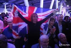 La ventaja de la campaña para votar a favor de que Reino Unido permanezca en la Unión Europea en un referéndum el próximo 23 de junio se ha reducido en las últimas dos semanas, mostró un sondeo en Internet publicado por la compañía de investigación de mercado Opinium. En la imagen, una seguidora del Brexit sostiene una bandera briánica en un acto en Londres, el 4 de junio de 2016. REUTERS/Neil Hall