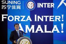 El presidente de Suning Group, Zhang Jindong, durante una conferencia de prensa donde anuncia la compra de una participación mayoritaria del club italiano Inter de Milán, en Nanjing, China. 6 de junio de 2016. Suning Commerce Group, el mayor minorista de artículos electrónicos de China, comprará casi el 70 por ciento del club italiano de fútbol Inter de Milán por 270 millones de euros (307 millones de dólares), en la mayor adquisición hasta ahora de un equipo europeo por parte de una empresa china. REUTERS/Aly Song