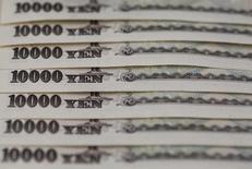 Купюры валюты иена в Токио 28 февраля 2013 года.  Разбившиеся надежды на повышение процентных ставок в США на следующей неделе могут заставить Банк Японии воспользоваться своим уменьшающимся арсеналом политических средств раньше, чем он планировал, поскольку укрепление иены продолжает ограничивать восстановление экспорта страны и потребительских цен. REUTERS/Shohei Miyano/File Photo