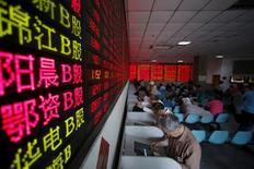 Инвесторы в брокерской конторе в Шанхае. 26 мая 2015 года. Фондовые индексы Китая снизились в среду, объемы торгов были небольшими в преддверии длинных выходных, хотя инвесторы и ждут возможного включения китайских ценных бумаг в индекс развивающихся рынков MSCI на следующей неделе. REUTERS/Aly Song/File Photo