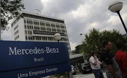 La division camions de Daimler va supprimer encore 2.000 emplois au Brésil, portant à 5.000 le nombre de postes éliminés dans ce pays depuis l'an dernier, a annoncé mercredi son président, Wolfgang Bernhard. /Photo d'archives/REUTERS/Nacho Doce