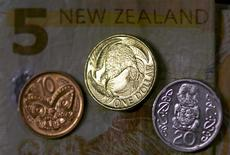 Новозеландские монеты и купюры. 4 апреля 2016 года. Новозеландский доллар приковал к себе всеобщее внимание в четверг, добравшись до годового максимума после того, как Резервный банк Новой Зеландии не стал менять процентную ставку, удивив некоторых инвесторов, которые ожидали её снижения. REUTERS/David Gray/Illustration/File Photo
