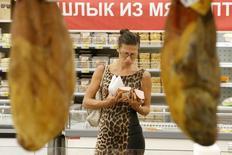 Покупательница выбирает продукты в Ашане. Инфляция в России при текущей цене на нефть может составить в этом году 5,5 процента, сказал замглавы Минфина РФ Максим Орешкин в четверг журналистам. REUTERS/Maxim Zmeyev