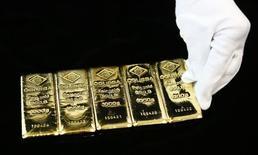 Золотые слитки на обогатительном заводе в Вене. Цена на золото в пятницу стабилизировалась у трехнедельного максимума на фоне восстановления доллара и готовится завершить ростом вторую неделю подряд. REUTERS/Leonhard Foeger