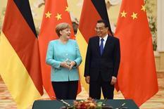 China no quiere una guerra comercial con Europa, dijo el primer ministro chino Premier Li Keqiang el lunes en una rueda de prensa con la canciller alemana Angela Merkel, que pidió más conversaciones con Pekín sobre el estatus de su economía de mercado bajo la Organización Mundial del Comercio. En la imagen, la canciller alemana Angela Merkel (izq.) charla con el primer ministro chino Li Keqiang durante una ceremonia en el Gran Salón del Pueblo en Beijing, China, 13 de junio de 2016. REUTERS/Wang Zhao/Pool