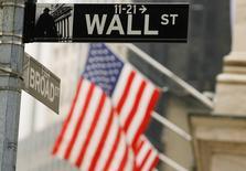La Bourse de New York a débuté dans le rouge lundi, à deux jours de la décision de la Réserve fédérale et dix jours du référendum britannique sur l'Union européenne. Quelques minutes après le début des échanges, le Dow Jones perd 0,21%, à 17.828,50 points. Le Standard & Poor's 500 recule de 0,23% et le Nasdaq Composite cède 0,39%. /Photo d'archives/REUTERS/Lucas Jackson
