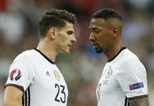 Mario Gomez e Jerome Boateng em jogo da Alemanha contra a Polônia.  16/6/16. REUTERS/John Sibley