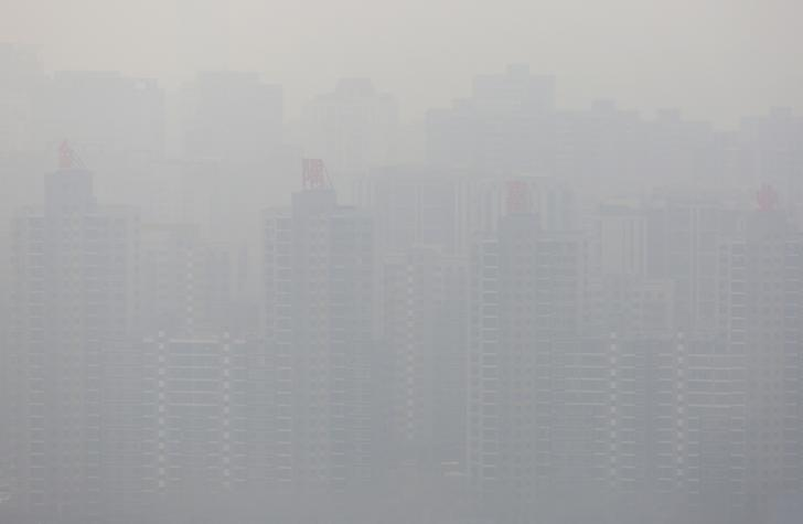 Buildings of a residential compound are seen in haze during a polluted day in Beijing, China, March 16, 2016. REUTERS/Iris Zhao