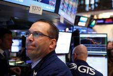 La Bourse de New York a fini en baisse vendredi. Le Dow Jones a cédé 0,33%, soit 59,10 points, 17.674,00. /Photo prise le 15 juin 2016/REUTERS/Lucas Jackson