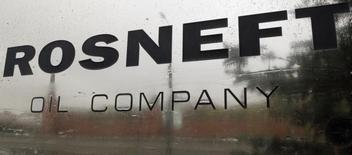 A logo of Russian state oil firm Rosneft is seen at its office in Moscow October 18, 2012. REUTERS/Maxim Shemetov/Files