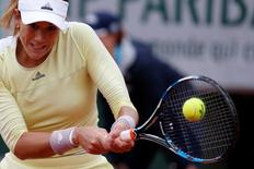 Tennis - French Open Women's Singles Final match - Roland Garros - Serena Williams of the U.S. vs Garbine Muguruza of Spain- Paris, France - 04/06/16 Garbine Muguruza returns the ball. REUTERS/Pascal Rossignol