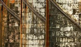 Топливные хранилища на НПЗ Mobil в Мельбурне. 27 июня 2008 года. Цены на нефть снизились более чем на 1,5 процента в среду, растеряв набранное ранее преимущество в связи с выходом данных о менее существенном, чем ожидалось, сокращении запасов в США за неделю. REUTERS/Mick Tsikas/File Photo