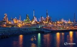 НПЗ Philadelphia Energy Solutions в Филадельфии 26 марта 2014 года. Цены на нефть выросли на азиатских торгах в четверг, оправившись после данных о менее существенном, чем ожидалось, сокращении запасов в США, в то время как рынок ожидает результатов референдума о членстве Великобритании в ЕС.  REUTERS/David M. Parrott/File Photo