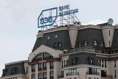 Логотип ВЭБа на здании в Санкт-Петербурге 22 апреля 2016 года. Пик внешних выплат госкорпорации Внешэкономбанк, испытывающей проблемы с капиталом и выплатой долгов, приходится на 2017-2018 годы, и с 2018 года ВЭБ может вернуться к прибыли, сказал его глава Сергей Горьков.  REUTERS/Maxim Zmeyev