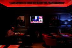 Un hombre almuerza en un pub británico en Madrid, mientras mira la renuncia del primer ministro británico, David Cameron, por televisión. 24 de junio de 2016. Los grandes bancos de Wall Street estudian qué hacer con sus activos, empleados y licencias financieras en el extranjero tras la decisión de británica de abandonar la Unión Europea. REUTERS/Susana Vera