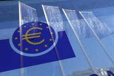 Banderas de la Unión Europea reflejadas en una ventana de la sede del BCE en Fráncfort, el 21 de abril de 2016. El Banco Central Europeo no recortará más en los próximos meses su tasa de depósito, que ya se encuentra en terreno negativo, según la mayoría de los operadores del mercado monetario europeo encuestados por Reuters el lunes. REUTERS/Ralph Orlowski